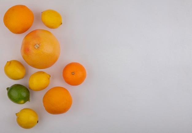 Vista superior cópia espaço toranjas com laranjas e limões em fundo branco