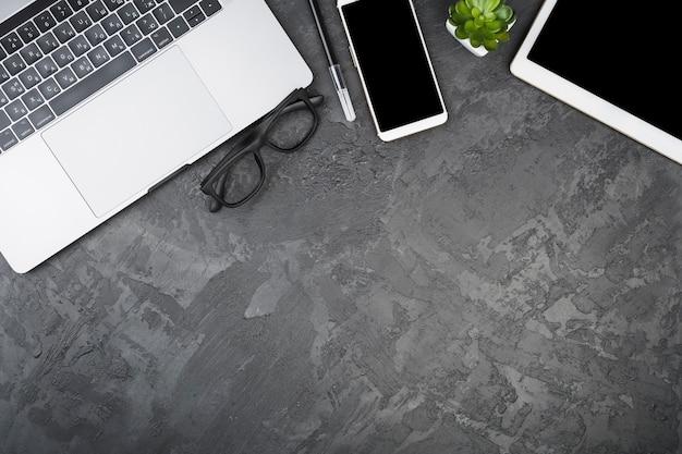 Vista superior copie o espaço com dispositivos