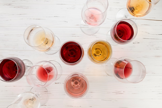 Vista superior copos cheios de vinho