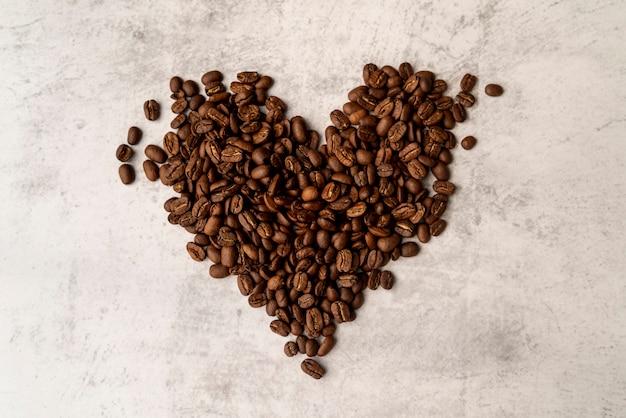 Vista superior coração feito de grãos de café torrados