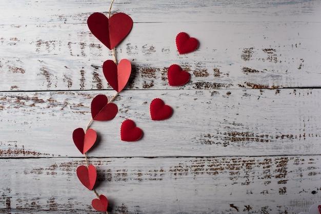 Vista superior, coração vermelho, em, linha, ligado, madeira, fundo