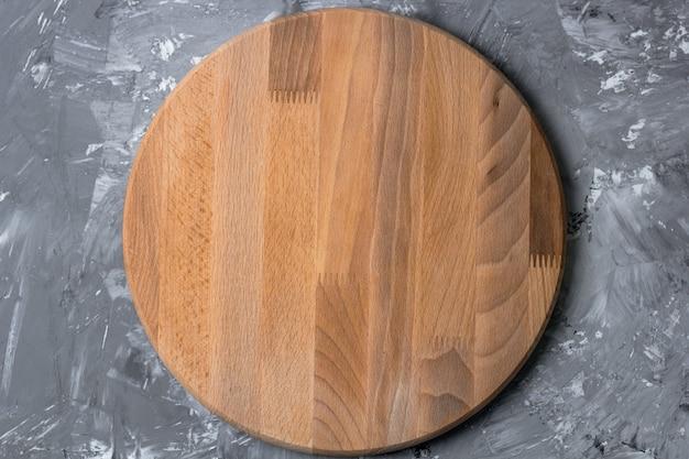 Vista superior, corte a placa de madeira em uma mesa de cozinha gasto