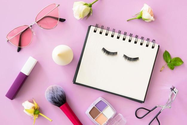 Vista superior cosméticos de beleza e calendário