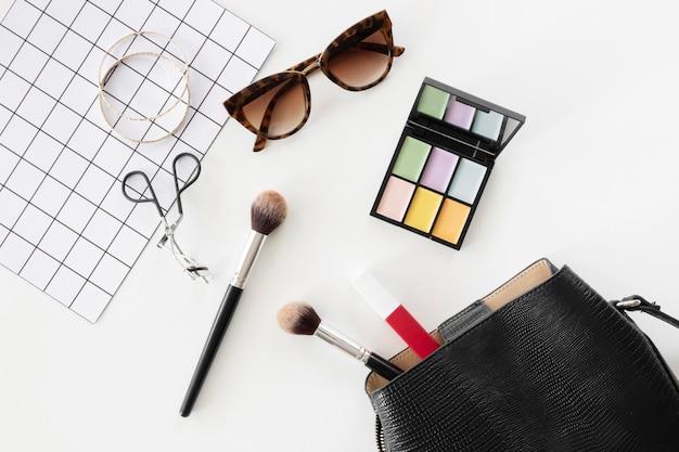Vista superior cosméticos e óculos de sol de beleza