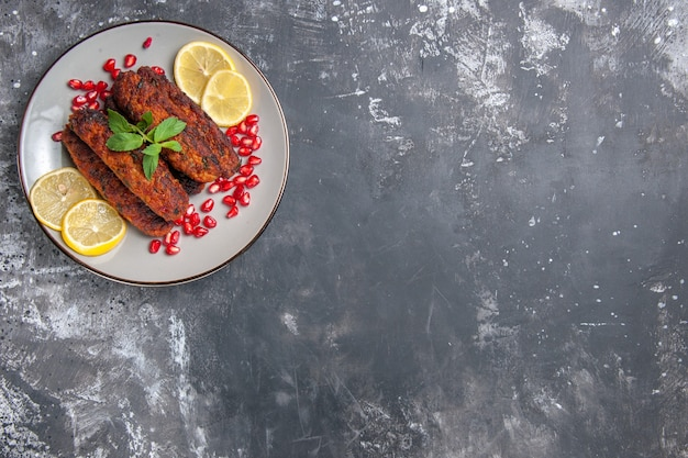 Vista superior costeletas de carne formadas com fatias de limão