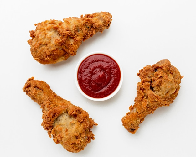 Vista superior coxinhas de frango frito com ketchup