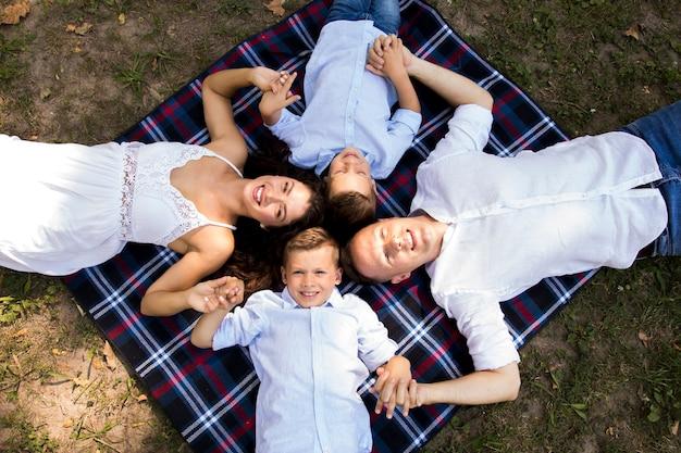 Vista superior, crianças, gastar tempo, com, pais