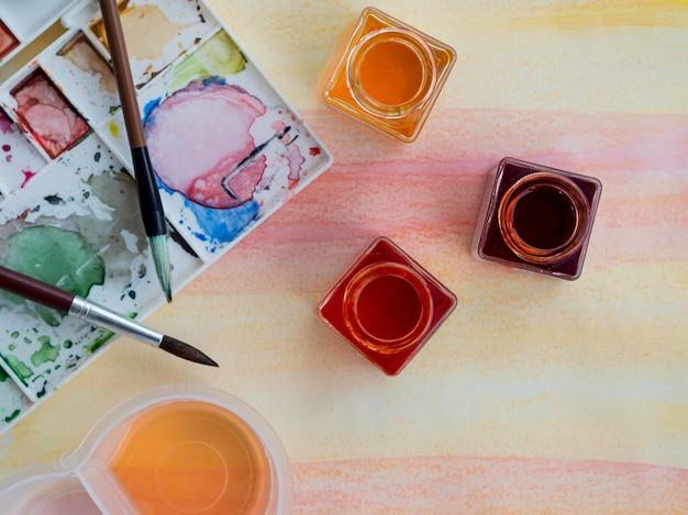 Vista superior da aquarela colorida com pincéis