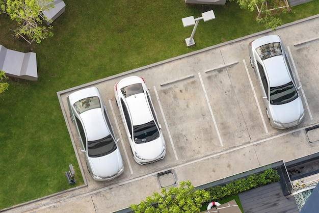 Vista superior da área de estacionamento com pequeno jardim no edifício moderno