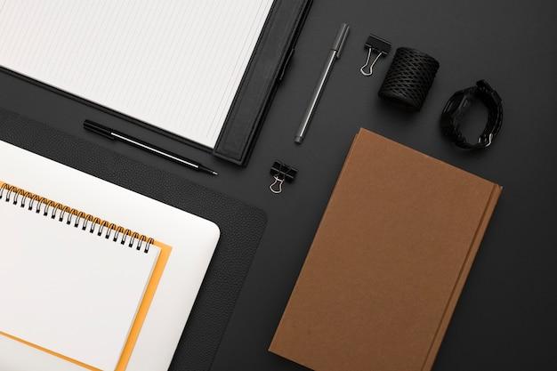 Vista superior da área de trabalho com agenda e bloco de notas