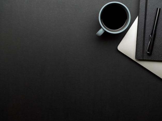 Vista superior da área de trabalho com laptop, papelaria, xícara de café e espaço de cópia na sala de home office