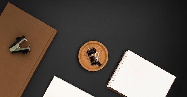 Vista superior da área de trabalho com notebook e agenda