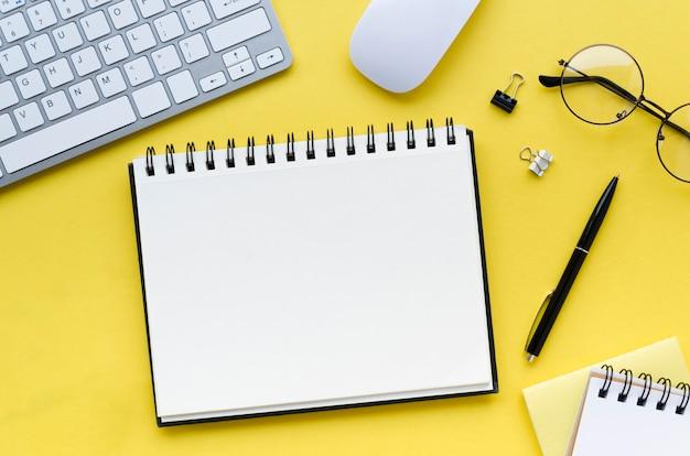 Vista superior da área de trabalho com notebook e mouse