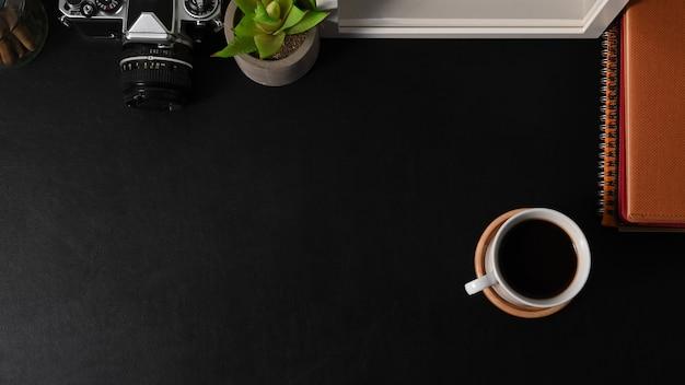 Vista superior da área de trabalho com xícara de café,