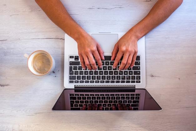 Vista superior da área de trabalho do designer gráfico tomando café enquanto trabalha