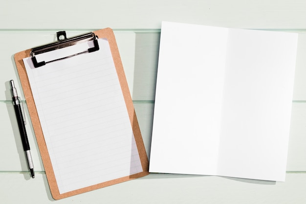 Vista superior da área de transferência e bloco de notas minimalista cópia espaço