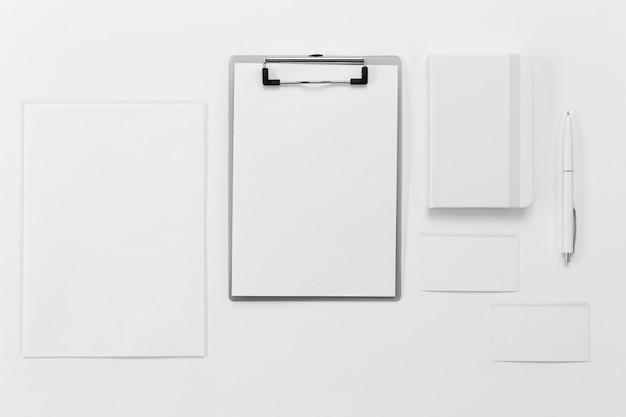 Vista superior da área de transferência e organização do caderno