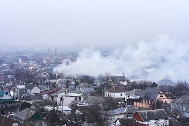 Vista superior da área em que um edifício residencial está em chamas. incêndio no setor habitacional privado.