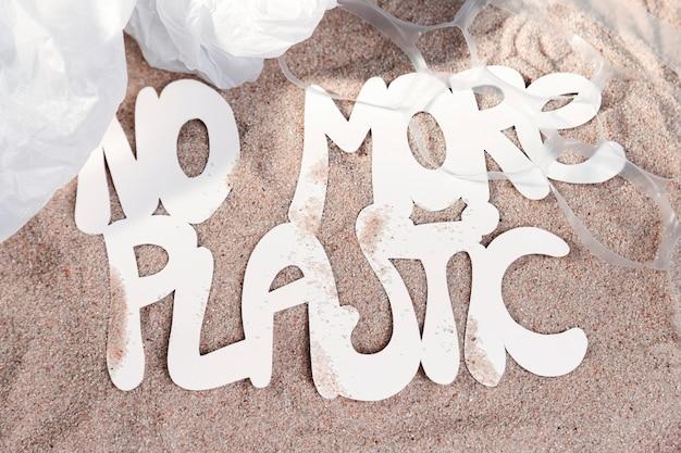 Vista superior da areia da praia sem mais plástico