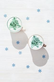 Vista superior da arte do cappuccino de inverno com árvore