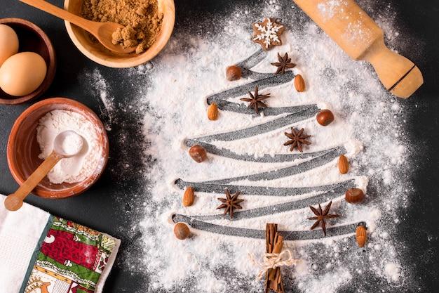 Vista superior da árvore de natal com farinha e anis estrelado