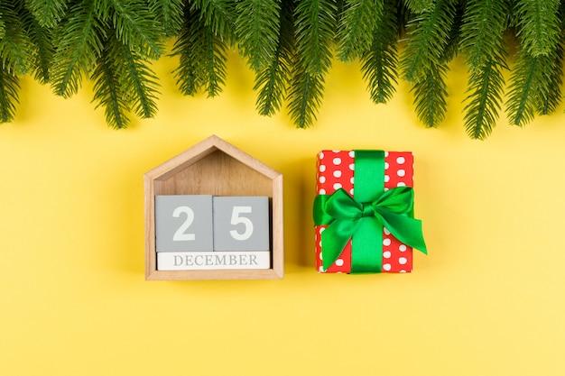 Vista superior da árvore do abeto, calendário de madeira e caixa de presente.