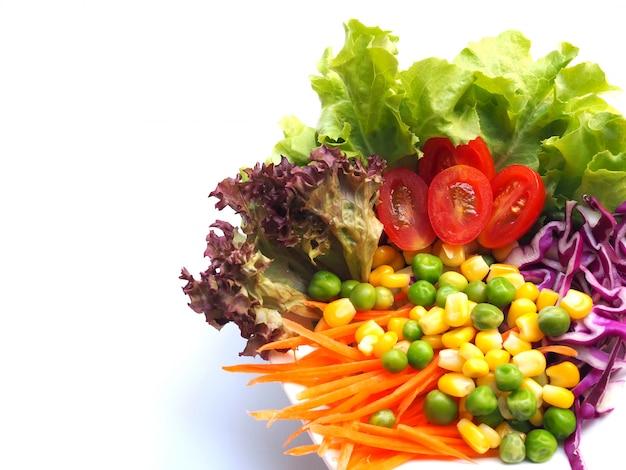 Vista superior da bacia de salada com grupo orgânico do legume fresco, dieta saudável da perda de peso isolada com espaço da cópia.