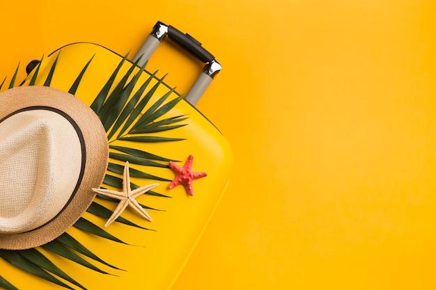 Vista superior da bagagem com estrela do mar e chapéu