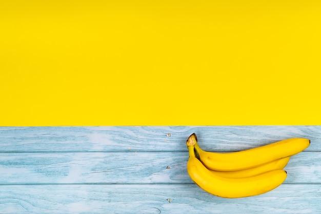 Vista superior da banana na mesa de madeira