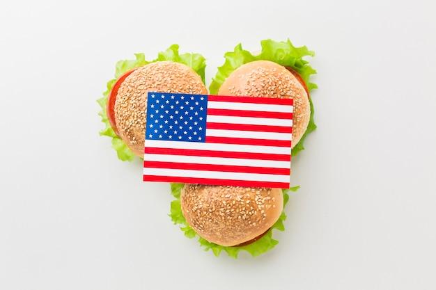 Vista superior da bandeira americana em cima de hambúrgueres