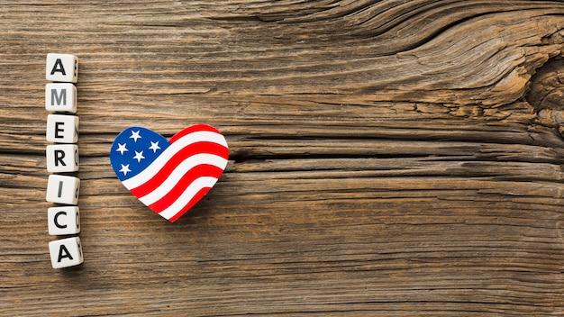 Vista superior da bandeira americana em forma de coração na madeira