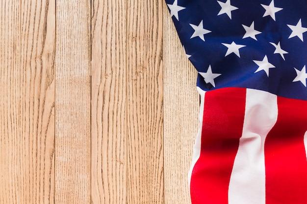 Vista superior da bandeira americana na superfície de madeira com espaço de cópia