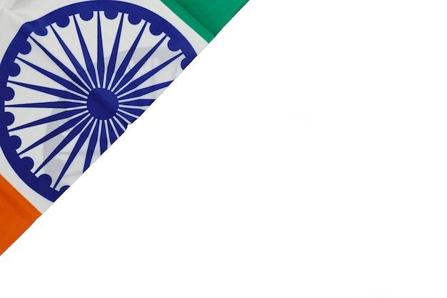 Vista superior da bandeira nacional da índia em fundo branco.