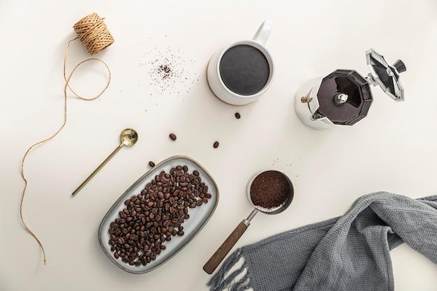 Vista superior da bandeja com grãos de café e caneca