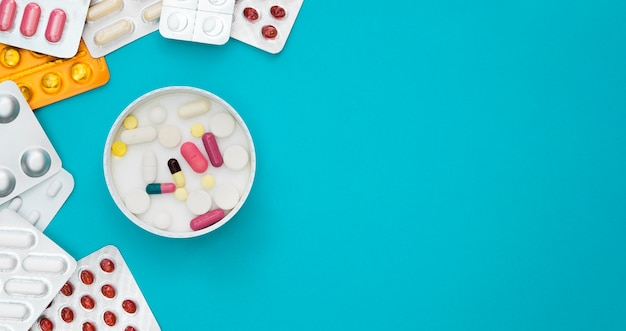 Vista superior da bandeja com pílulas e folhas com espaço de cópia