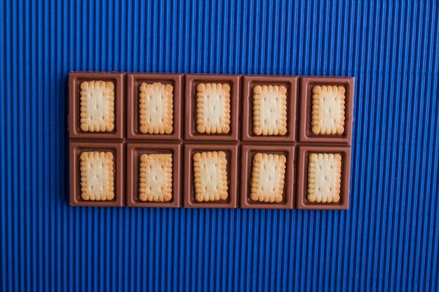 Vista superior da barra de chocolate ao leite misturada com biscoitos
