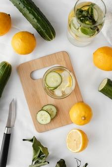 Vista superior da bebida com pepino e limão