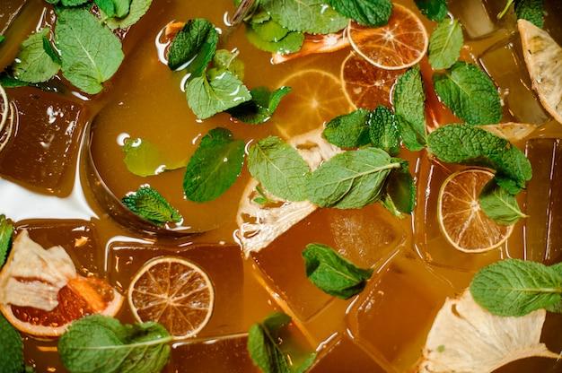 Vista superior da bebida de limonada fresca com gelo e hortelã