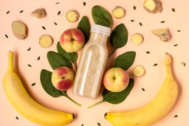 Vista superior da bebida desintoxicante com bananas