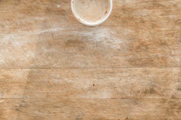 Vista superior da bebida quente na tabela de madeira