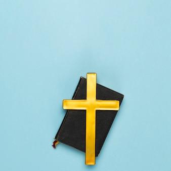 Vista superior da bíblia sagrada com cruz de madeira