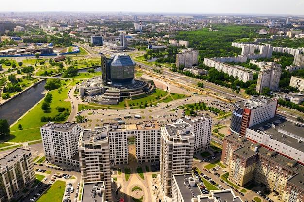 Vista superior da biblioteca nacional e um novo bairro com um parque em minsk.