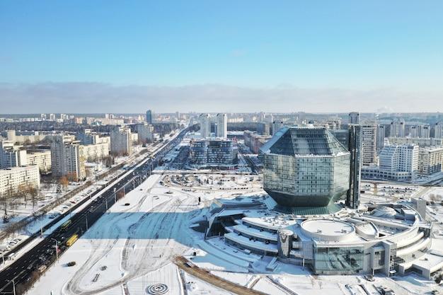 Vista superior da biblioteca nacional em minsk no inverno.