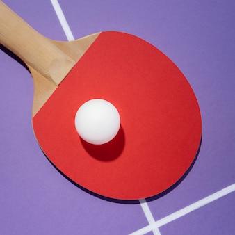 Vista superior da bola branca na raquete de pingue-pongue