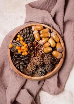 Vista superior da bola de outono com pinhas e bolotas