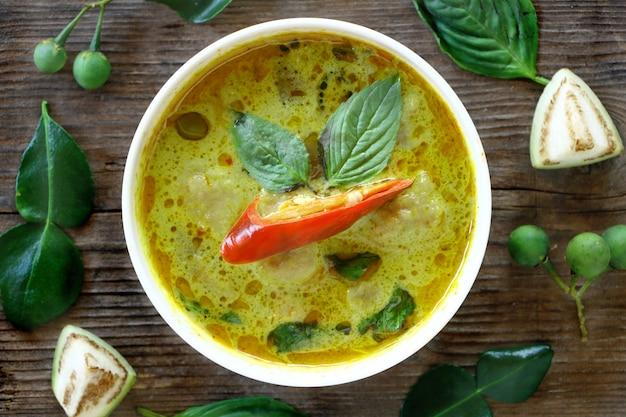 Vista superior da bola de peixe curry verde em tigela branca