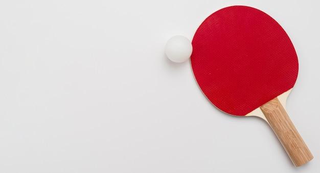 Vista superior da bola de ping pong e remo com espaço de cópia