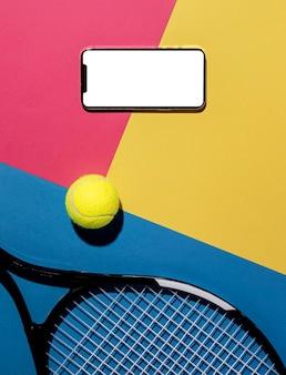 Vista superior da bola de tênis com raquete e smartphone