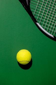 Vista superior da bola de tênis com raquete