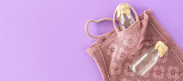 Vista superior da bolsa e garrafa térmica reutilizáveis